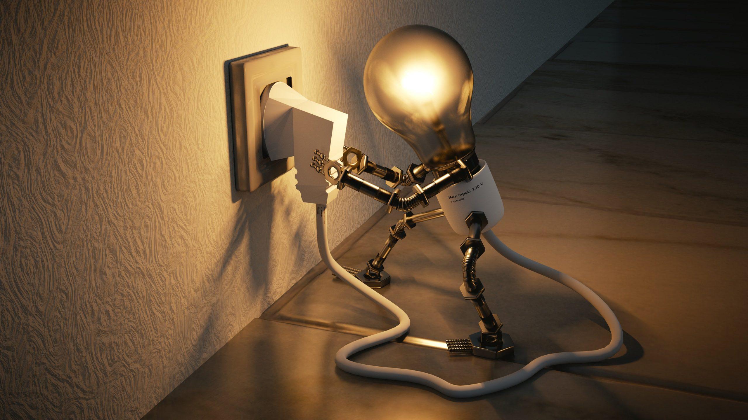 Beratung, Hotelberatung, Glühbirne steckt sich selbst in eine Steckdose ein.