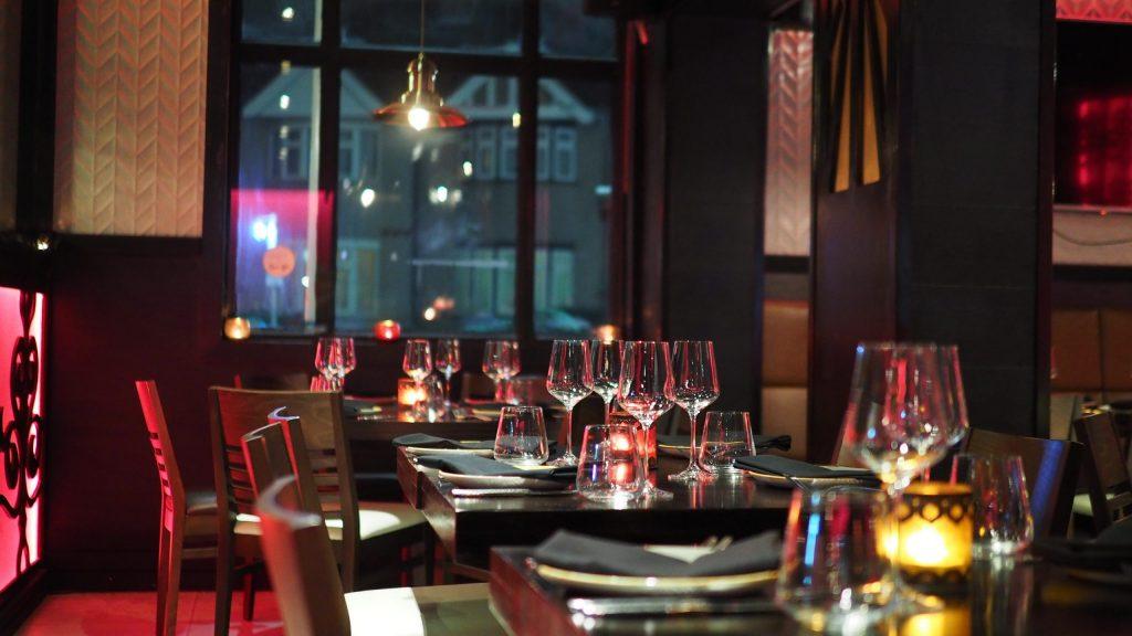 Kostenträgerrechnung, Restaurant mit Tischen am Abend
